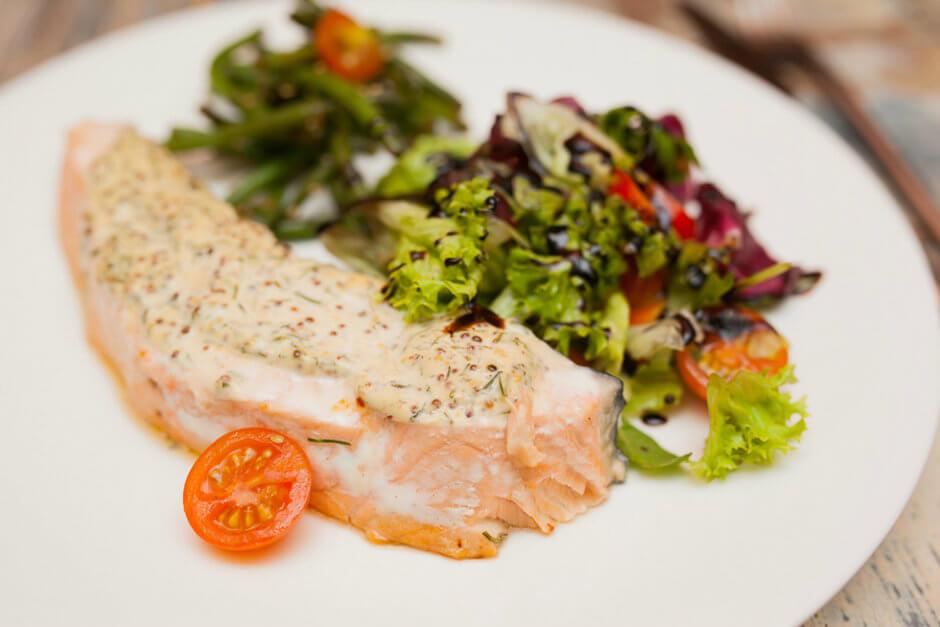 Аппетитный лосось в горчичной глазури с салатом