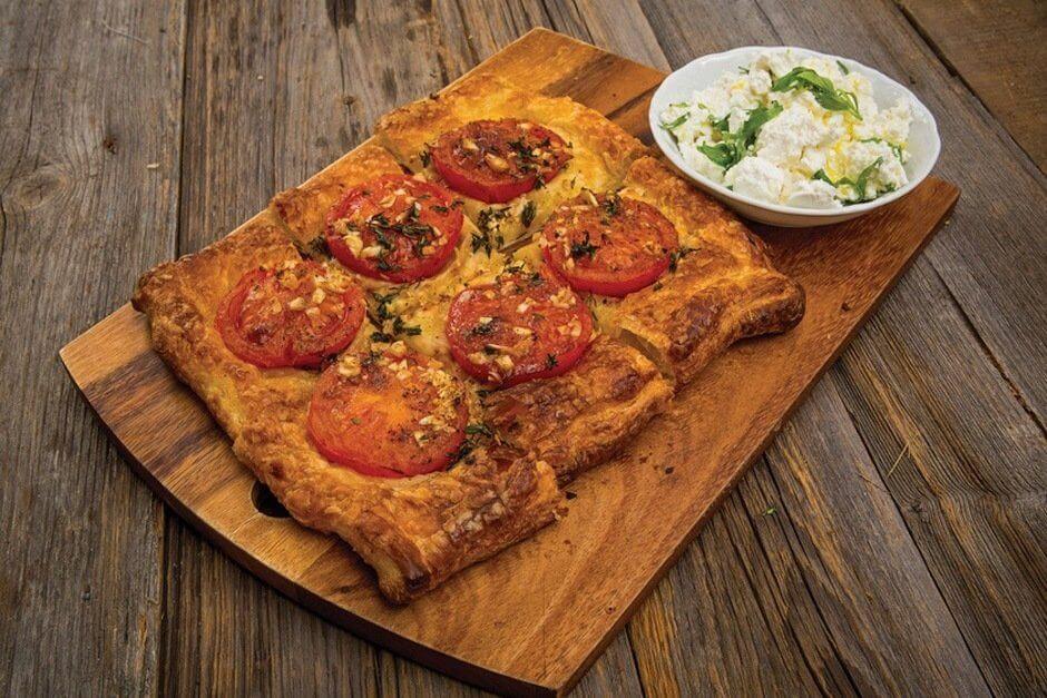 Ароматный тарт из помидор с сыром Фета и тархуном