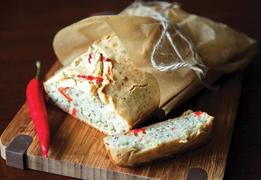 Бездрожжевой домашний хлеб с чесноком и перцем чили