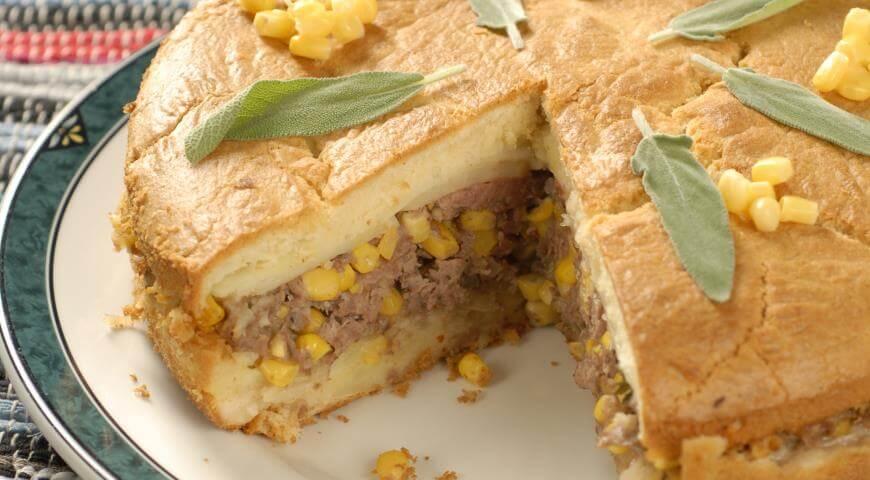 Бездрожжевой пирог на кефире с картошкой, мясом и кукурузой