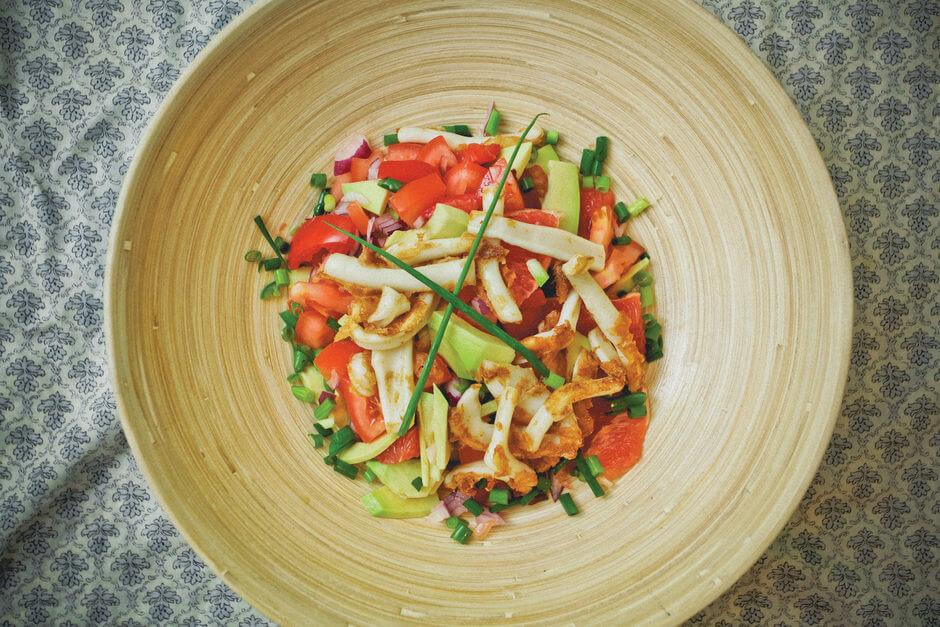 Быстрый салат со свежими овощами и кальмарами