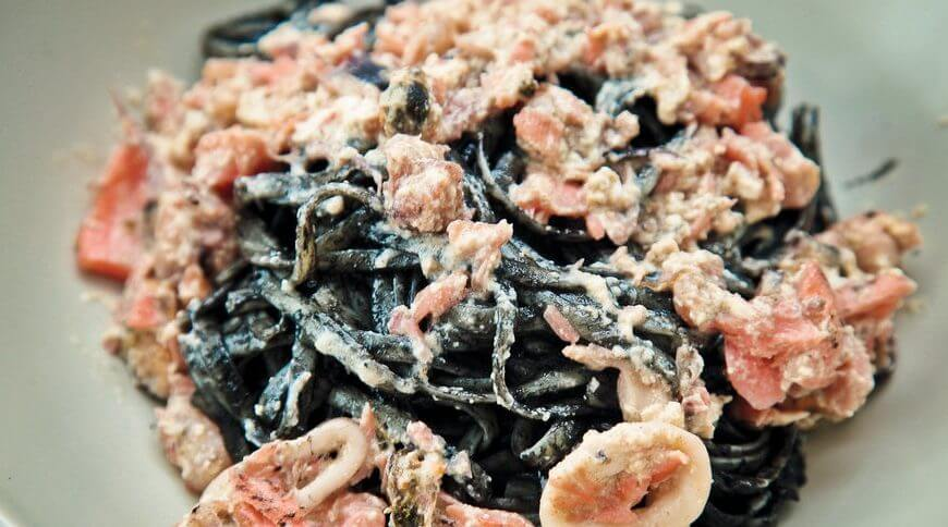Черные спагетти с морским коктейлем