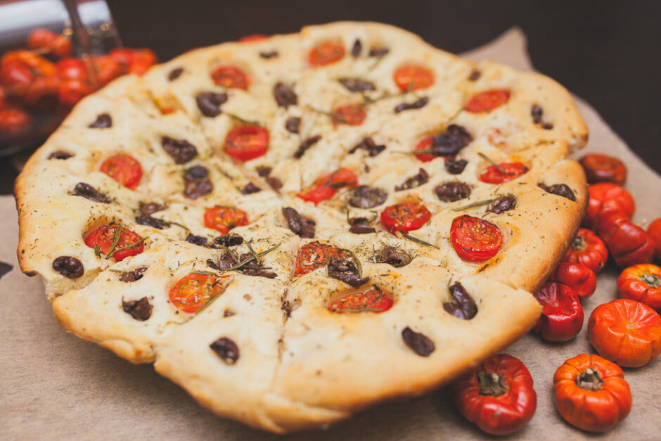Фокачча с томатами, розмарином и маслинами в домашних условиях