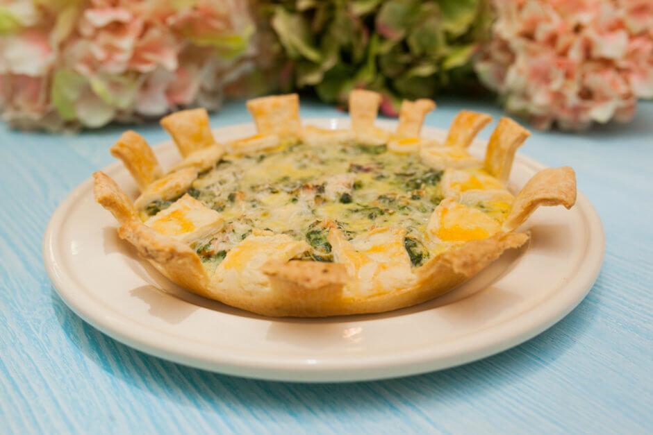 Французский открытый пирог киш с лососем, шпинатом и сливочным сыром