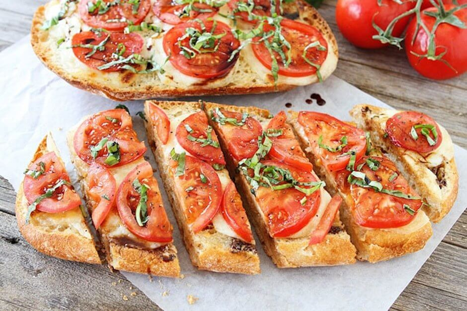 Итальянская брускетта с сыром моцарелла и помидорами