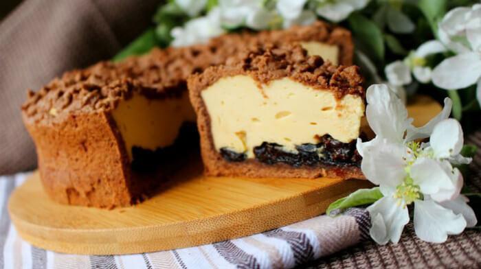 Карамельный сырник с черносливом. Готовится легко и просто!