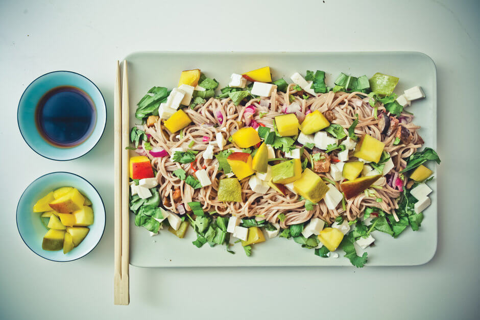 Лапша гречневая «Соба» с сыром тофу, манго и баклажанами