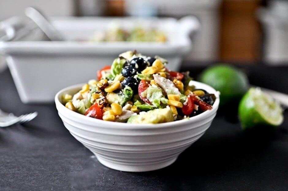 Легкий салат с курицей, авокадо, черникой и овощами