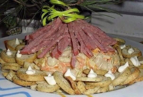 Необычный салат «Лесная хижина» с  фасолью и копченными колбасками