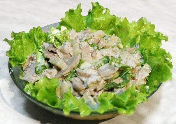 Очень красивый и необычайно вкусный салат с курицей и грибами