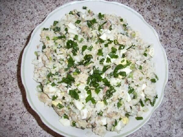 Очень простой и вкусный салат со скумбрией и рисом