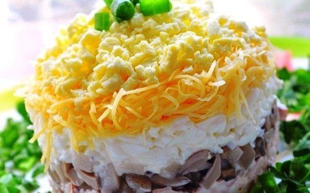 Оригинальный легкий салат «Ночка» с курицей и грибами на йогурте