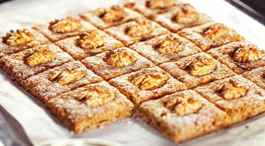 Печенье с орехами, яблоками и финиками
