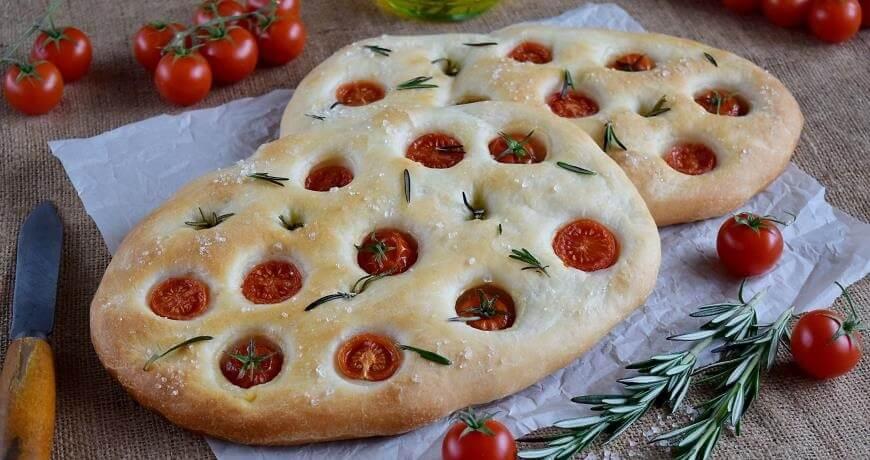 Пошаговый рецепт настоящей фокачча с помидорами черри и розмарином