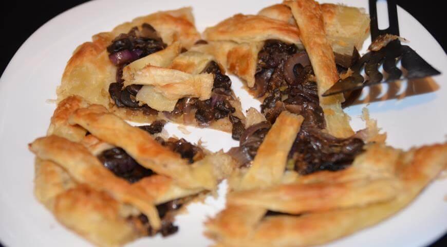 Постный пирог из слоеного теста с грибами и луком
