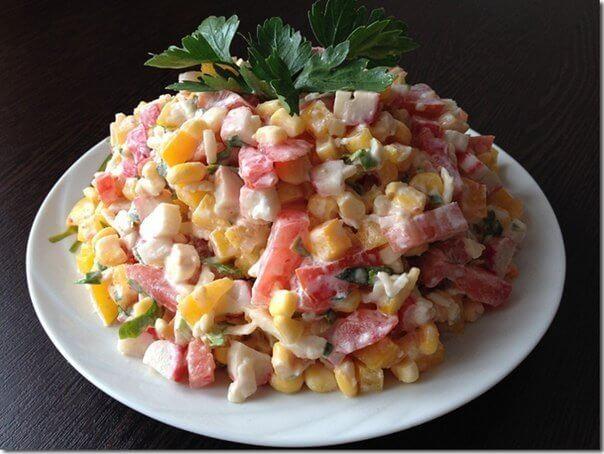 Потрясающий легкий салат «Лямур-тужур» с крабовыми палочками, кукурузой и помидорами