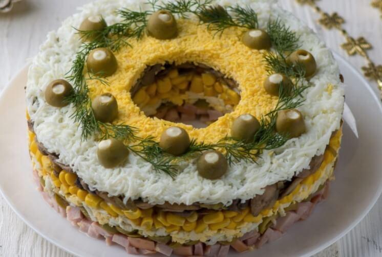Праздничный салат с грибами и ветчиной