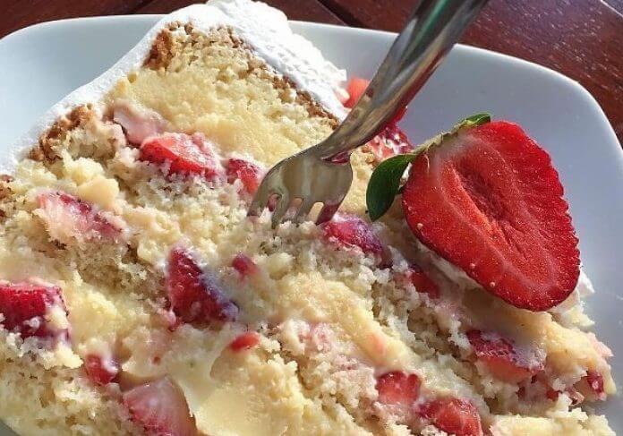 Простой и быстрый рецепт нежного торта «Клубничка в доме»