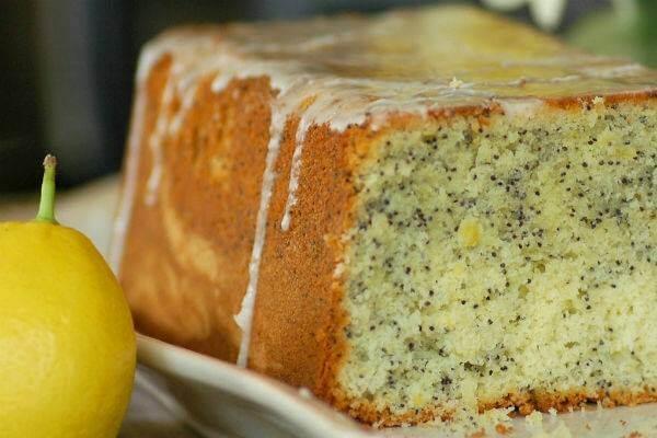 Простой и очень вкусный кекс с маком и изюмом