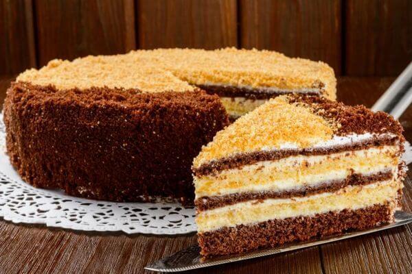 Простой и очень вкусный тортик с кремом на скорую руку: самый быстрый рецепт!