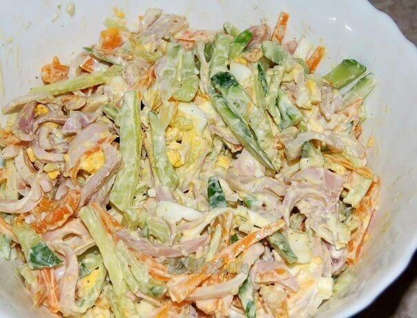 Простой и оригинальный салат из кальмаров, огурцов и моркови