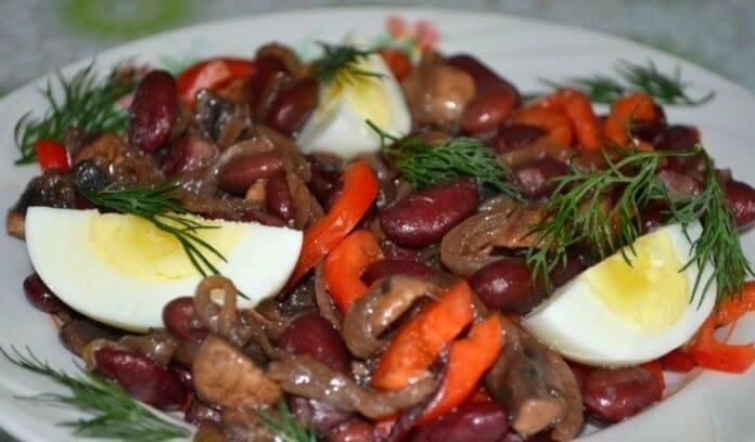 Простой и сытный салат с грибами и фасолью