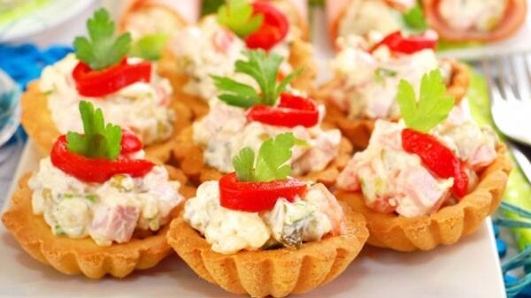 Простой салат с курицей и овощами в тарталетках