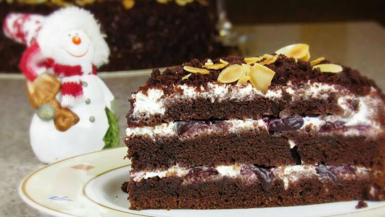 Простой шоколадный торт с вишней