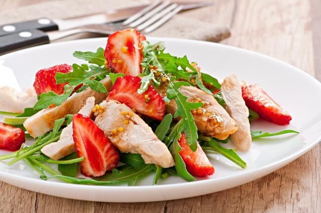 Рецепт салата из курицы и клубники
