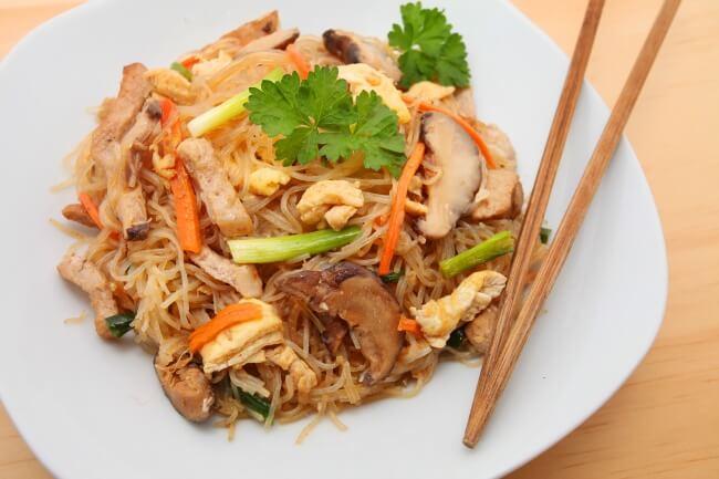 Рецепт салата с грибами, кальмарами и фунчозой