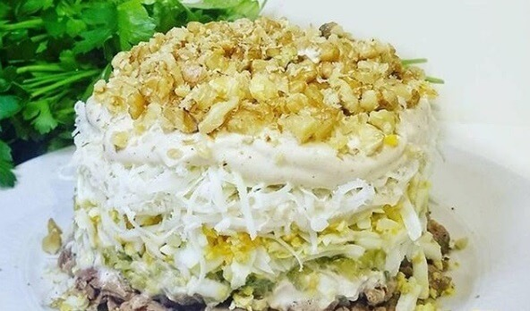Самый вкусный салат с говядиной, маринованными огурцами и острым соусом