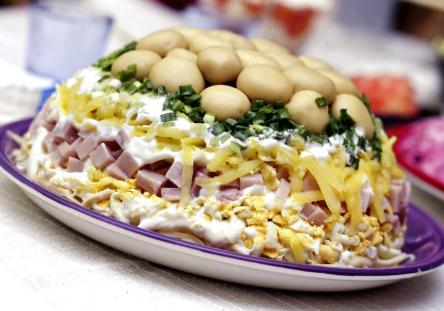 Слоеный салат «Грибная поляна» с ветчиной