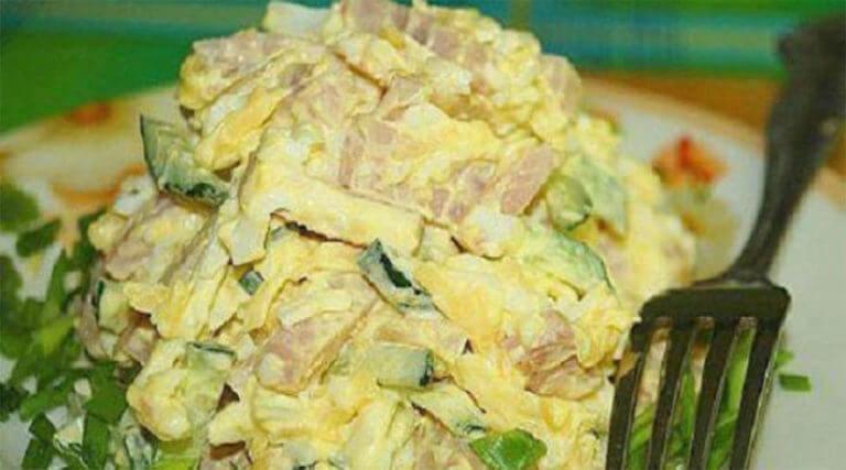 Сытный и быстрый салат на скорую руку с ветчиной и сыром
