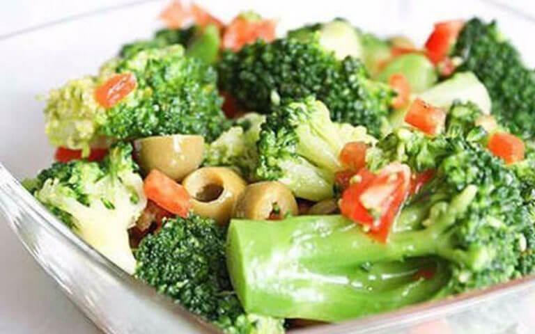 ТОП-8 рецептов полезных и низкокалорийных салатов с брокколи