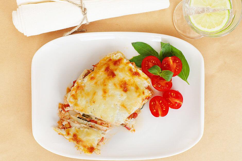 Вегетарианская лазанья с тремя видами сыра и томатным соусом