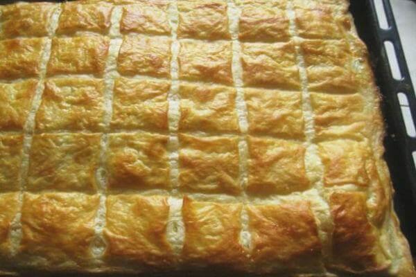 Вкуснейший слоеный пирог с сырной начинкой
