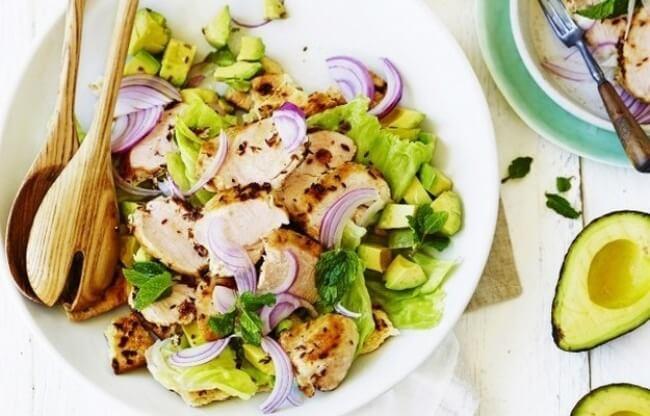 Вкусный салат с авокадо и курицей