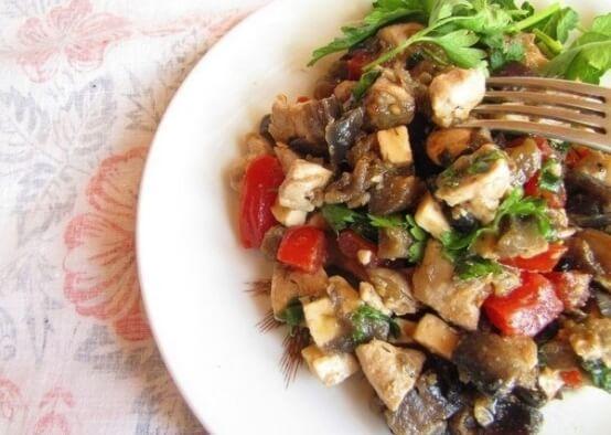 Восхитительный сочный салат из баклажанов, помидоров и куриной грудки