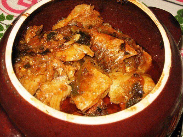 Аппетитное жаркое из рыбы в горшочках