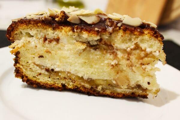 Банановый торт со сливочным кремом и орехами