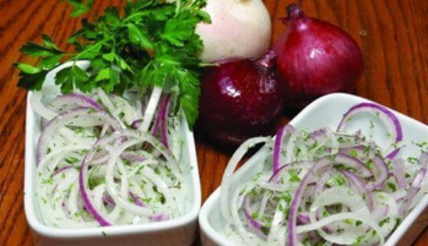 Как приготовить быстрый маринованный лук для салатов и не только
