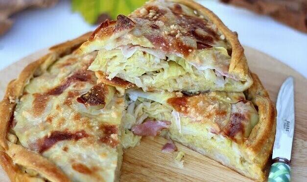 Деревенский пирог с капустой, картошкой и беконом