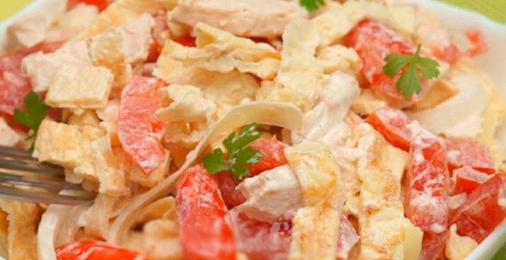 Изумительный салат с курицей и помидорами
