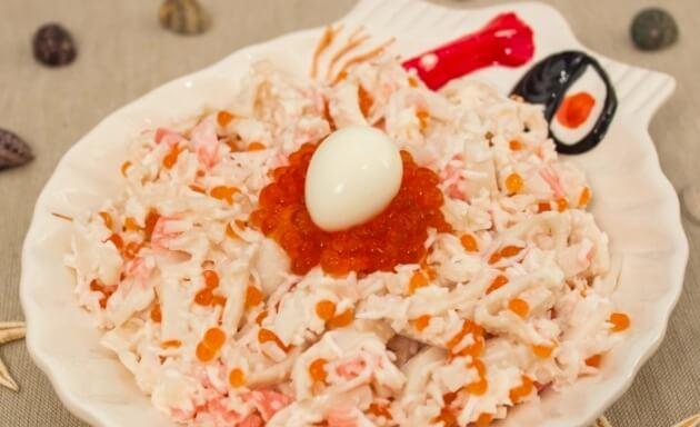 Яркий необычный салат «Морская жемчужина» с креветками и кальмарами