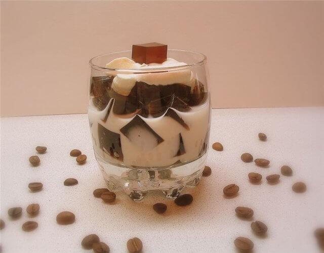 Кубики кофейного желе в сливках