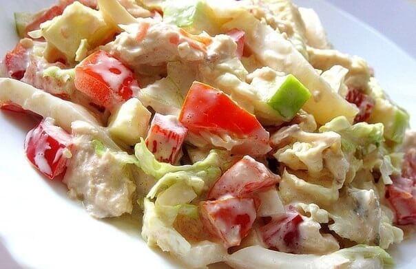 Легкий салат с пекинской капустой, кальмарами и курицей