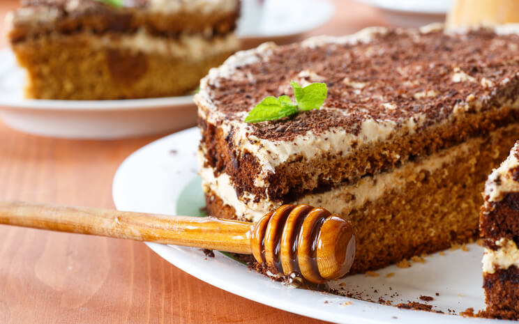 «Ленивый медовик»: шикарный десерт за 60 минут