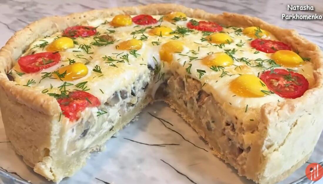 Вкусный грибной пирог с перепелиными яйцами