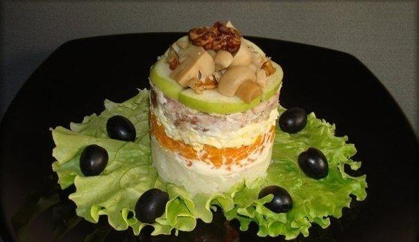 Необычный салат «Пенек в лесу» с курицей, грибами и яблоками