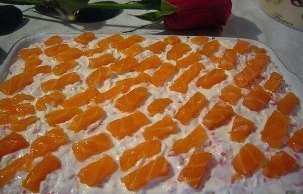Необычный салат «Уральские узоры» с красной рыбой и крабовыми палочками